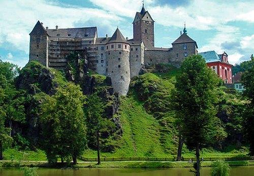 castillo de Loket desde el río