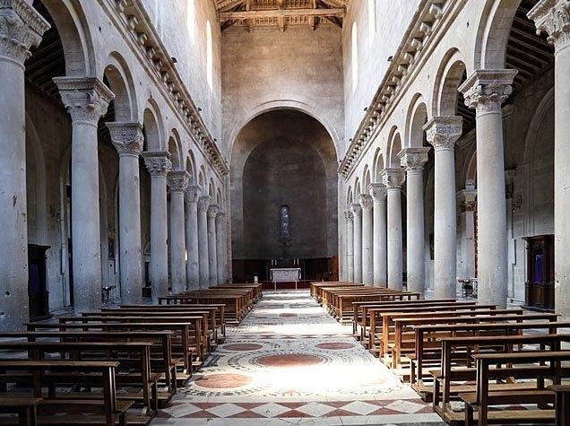 interior de la catedral de san Lorenzo de Viterbo, donde los cardenales se reunían en cónclave