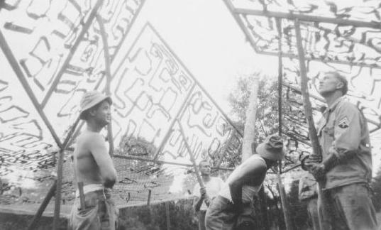 Hombres del ejército fantasma entrenándose con pantallas de camuflaje