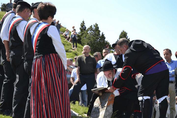 Firma de las actas durante el tributo de las tres vacas